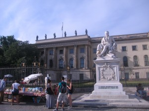 Berlín. Estatua de Humbolt diante da universidade