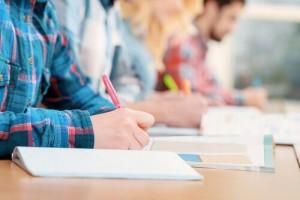 personas-haciendo-examen-1