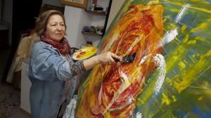 A pintora, traballando no seu estudio de Corrubedo FOTo marcos creo