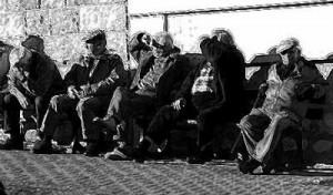 20080301000856-viejos-sentados