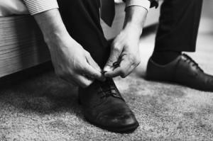 hombre-atando-cordones-zapatos_53876-26144