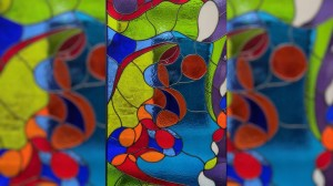 Goretti amosa nas vitrinas recortes de cristal-cor que integra nos seus traballos